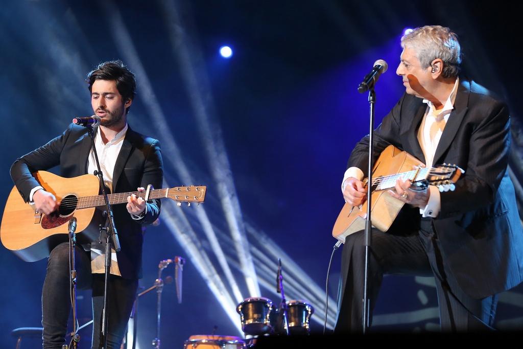 אנריקו מסיאס ונכדו שמעון בהופעה. צילום: איציק בירן