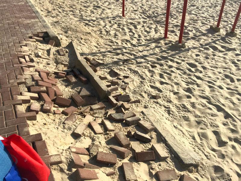 המדרכה מתפרקת בחוף הגולשים (כל הצילומים: מורן בן זכאי)