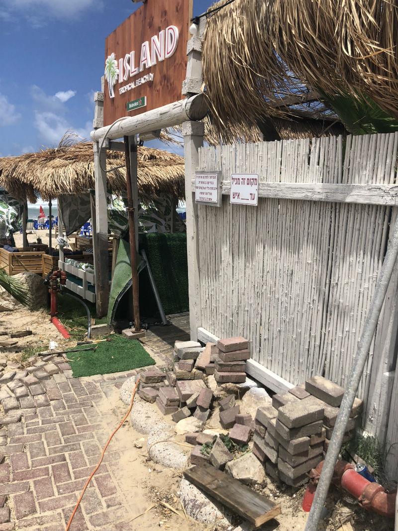 חוף הגולשים איילנד בר המדרכה מתפרקת