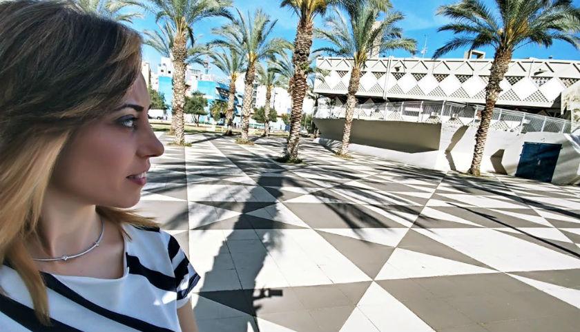 ענבל פלאח יעקוב צופה על בניין העיריה