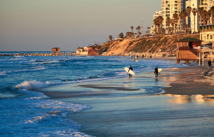 שקיעה וגולשים בחוף בת ים