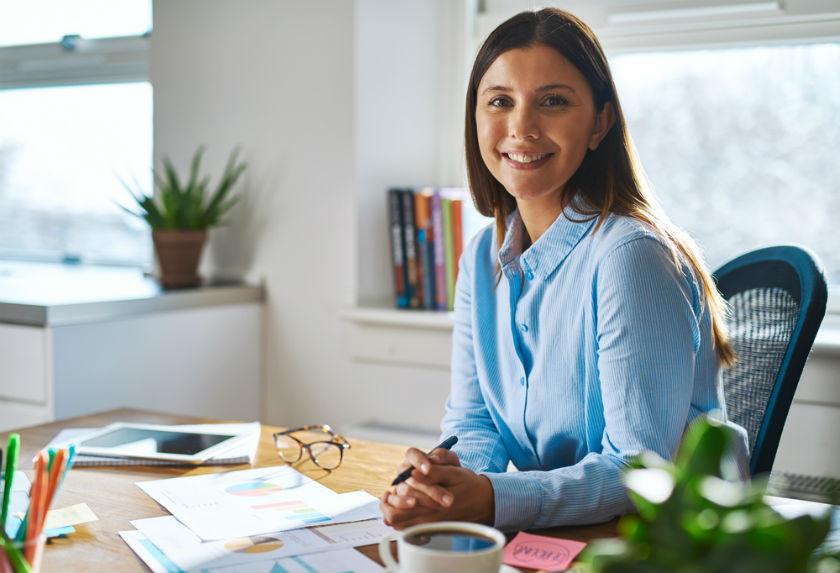 אשת קריירה במשרד
