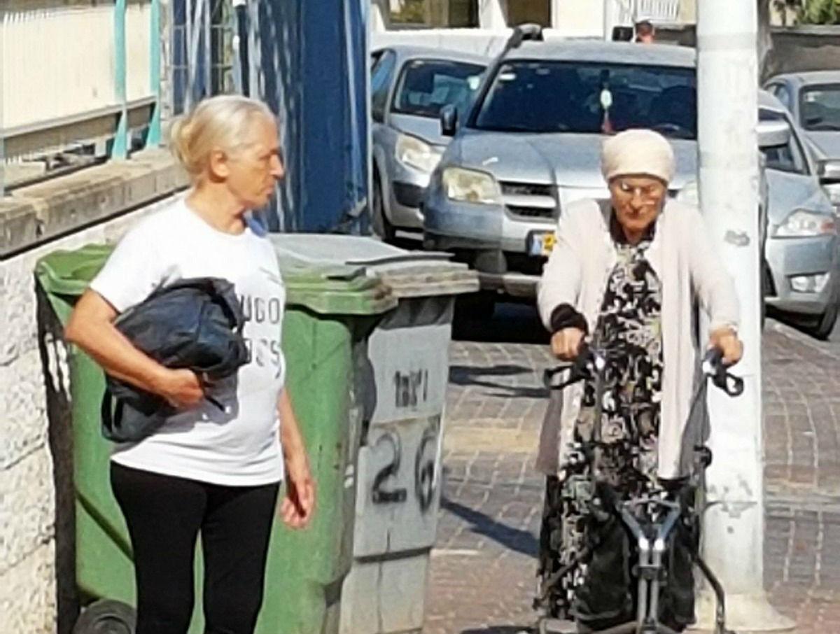 רכבים חונים על המדרכה וגורמים לקשישים וטף לרדת לכביש