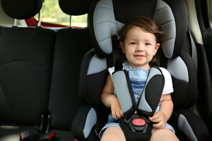 ילד במושב בטיחות
