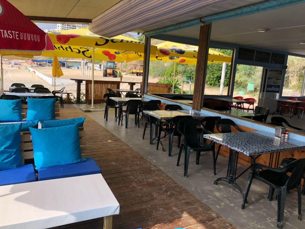 מסעדת קלדרון בחוף הסלע. ריקה מאדם באמצע הקיץ