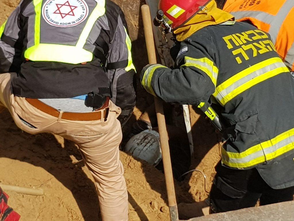 """פועל שנפל ונקבר תחת ערימת חול (צילום: מד""""א)"""