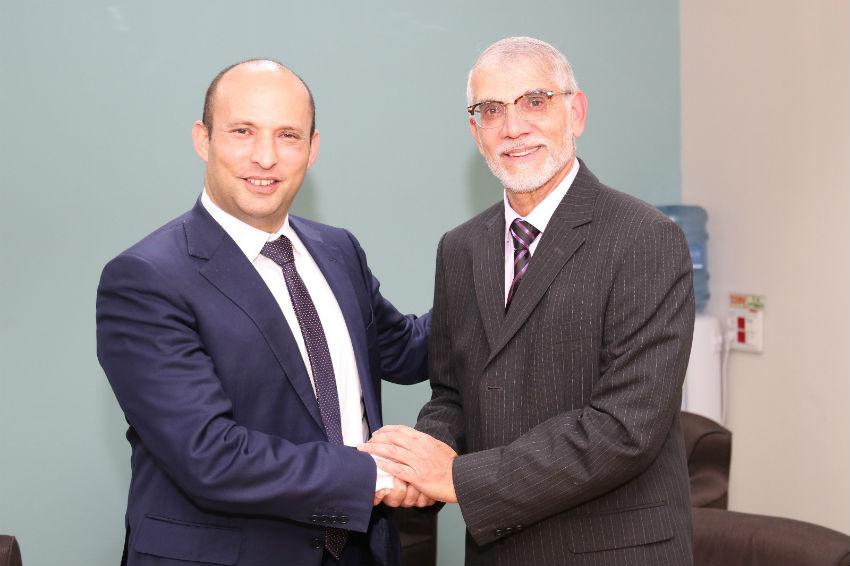 """יו""""ר הבית היהודי נפתלי בנט עם המועמד מטעם המפלגה לראשות עיריית בת ים, אורי בוסקילה"""