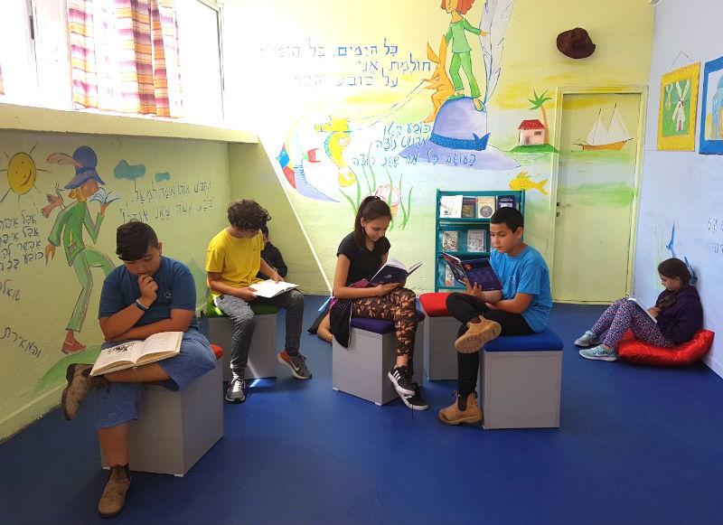 תלמידים קוראים ספרים במסגרת הפרויקט (צילום: עיריית בת ים)
