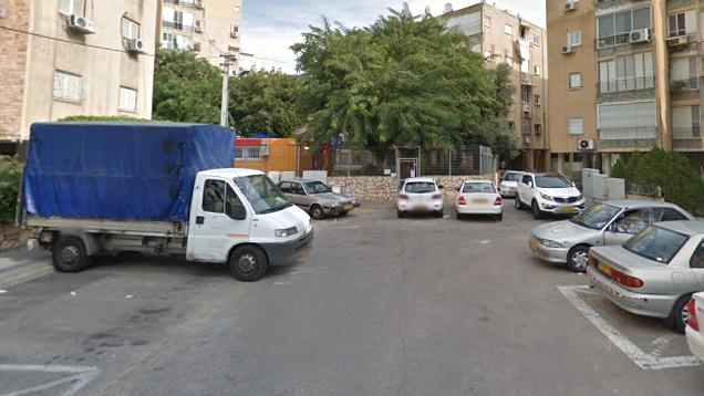 רחוב אלמליח בבת ים. ללא מוצא וחונים על המדרכה (צילום: גוגל)