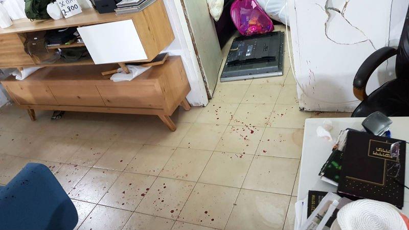 כתמי דם והרס רב בחנות הרהיטים (צילום: משטרת ישראל)