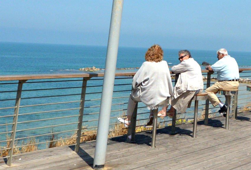 קשישים על טיילת בת ים (אילוסטרציה: שאטרסטוק)