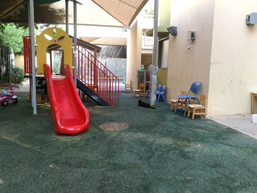 חצר משחקים עם מגלשה גן ילדים