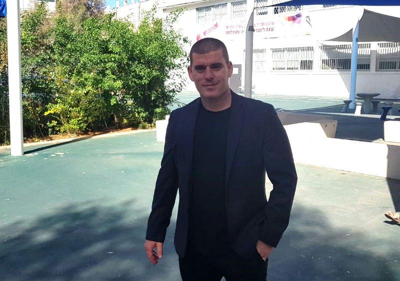ירון לוי המתמודד לראשות העיר מגיע לקלפי