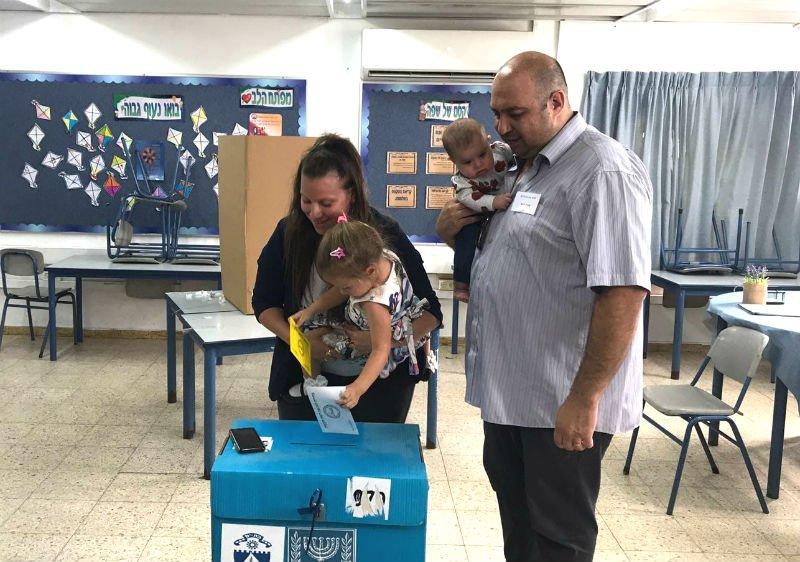 קטי פיסצקי מורג מגיעה להצביע עם שני ילדיה