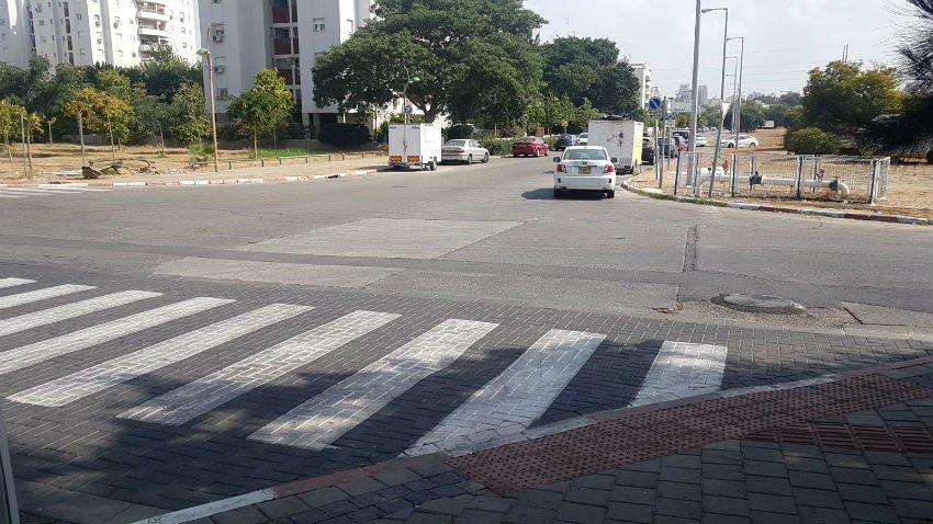 הצומת ברחוב הרב מימון 34 פינת דליה, רק מחכה לתאונה (צילומים: אביחי חיים)