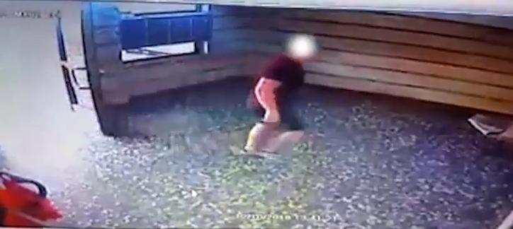 ילדים גונבים מחדרי מדרגות בבת ים