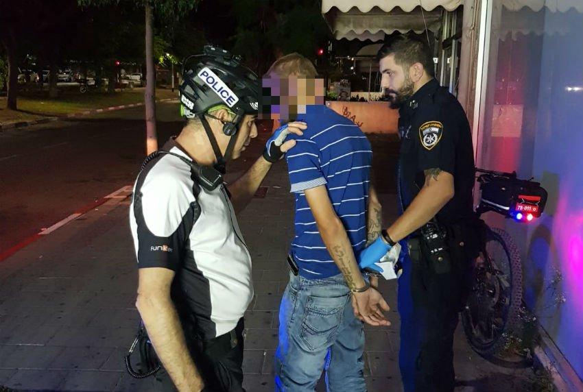 החשוד בעת מעצרו (צילום ארכיון)