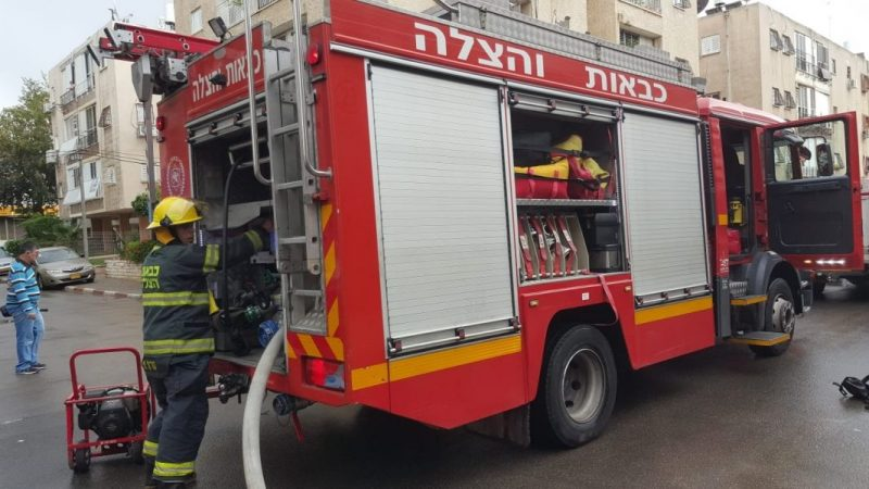 מכבי האש ברחוב רביבוניץ' בשריפה (צילום: תומר שמש)