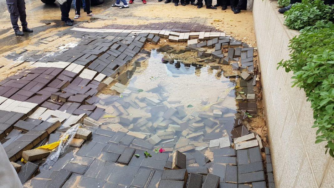 צינור המים שהתפוצץ בשכונת רמת הנשיא, רחוב הרב מימון (צילום: אביחי חיים)