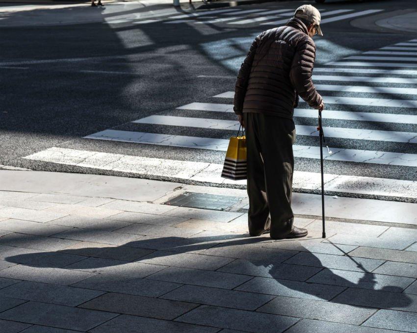 קשיש זקן מעבר חציה כביש