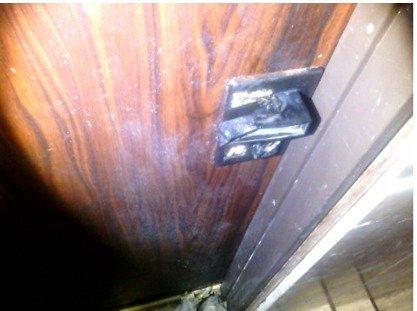 דלת דירתה של השכנה (צילום: דוברות המשטרה)
