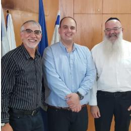 הרב יצחק אסקפה, ראש העייריה צביקה ברוט וחבר המועצה אורי בוסקילה (מימין לשמאל)