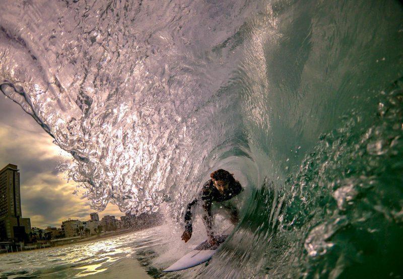 הגולש שלומי גבאי בתחרות גלישה בבת ים (צילום: טל אברבנל)