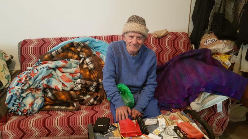 משה הרוש, מחויך בדירתו החדשה צילום: אביחי חיים
