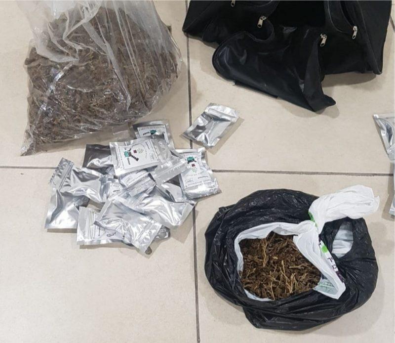 הסמים שנמצאו בדירה. צילום: דוברות המשטרה