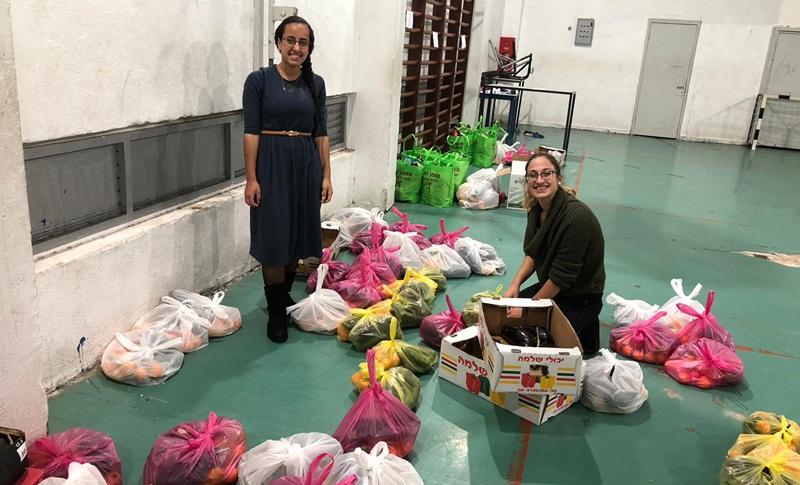 חלוקת סלי מזון עבור הנזקקים. צילום: ספיר וענונו