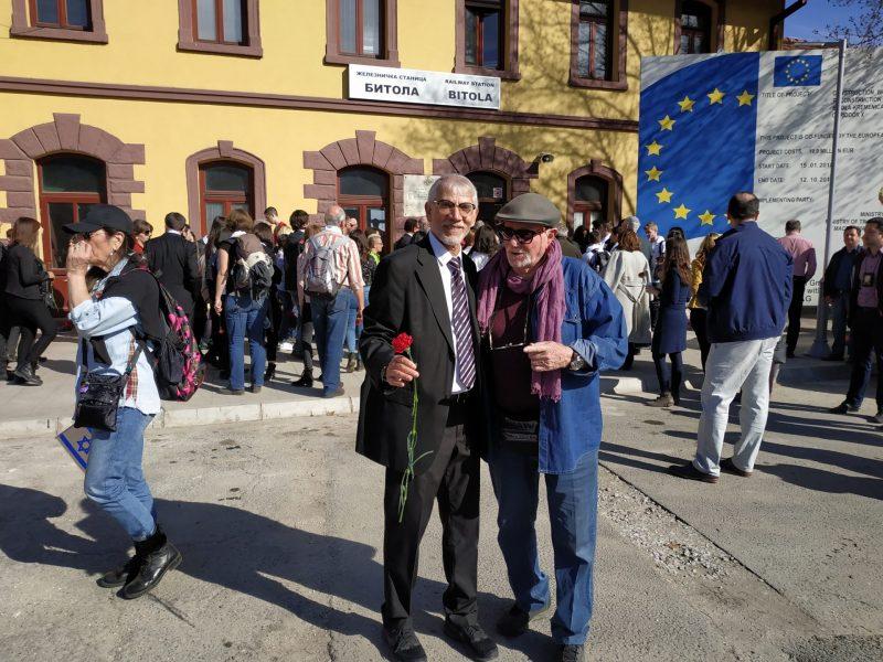 מתי גרינברג וסגן ראש העיר ומחזיק תיק ההנדסה, אורי בוסקילה בתחנת הרכבת בביטולה (צילום: נעמי ר. עזר)
