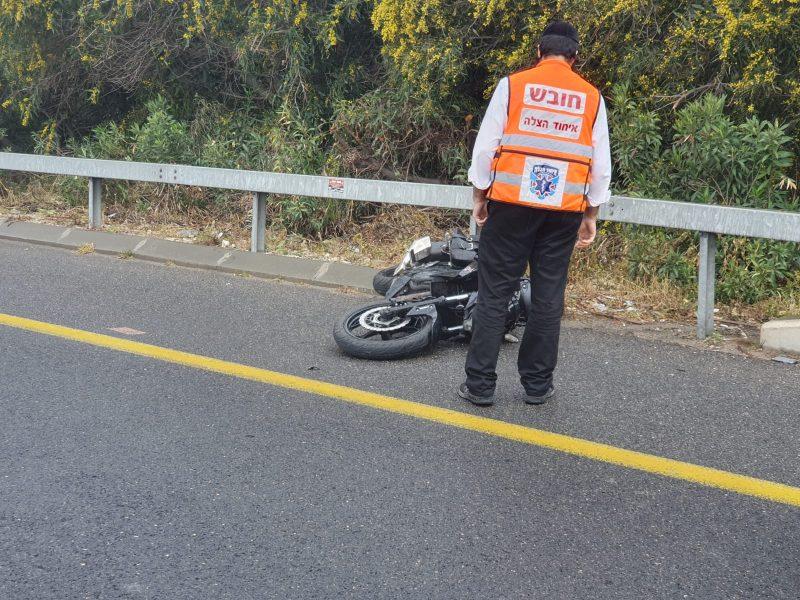 תאונה חזיתית בין אופנוע למונית (צילום: איחוד והצלה)