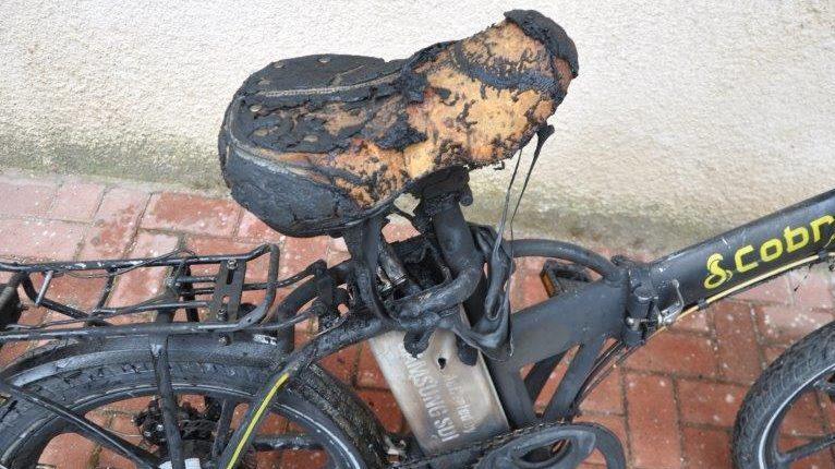 האופניים השרופות שעלו באש. צילום: ניסים אבוחצירה