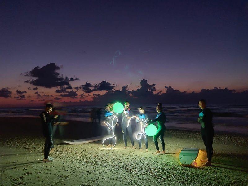 מאירים את הים: המופע המרהיב של המוצר החדשני לגולשים בלילה
