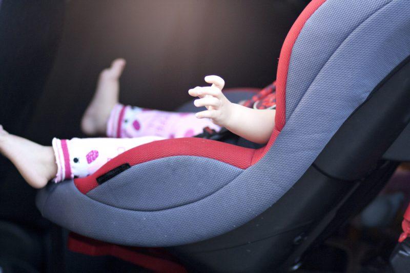 תינוק ברכב. צילום: Navin Penrat / shutterstock.com