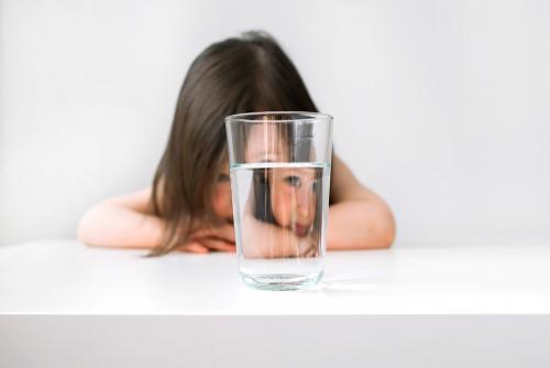 ילדה וכוס מים
