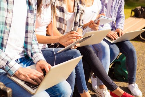 תלמידי תיכון עם מחשבים