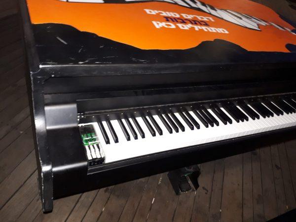הקלידים נתלשו מפסנתר הכנף בטיילת