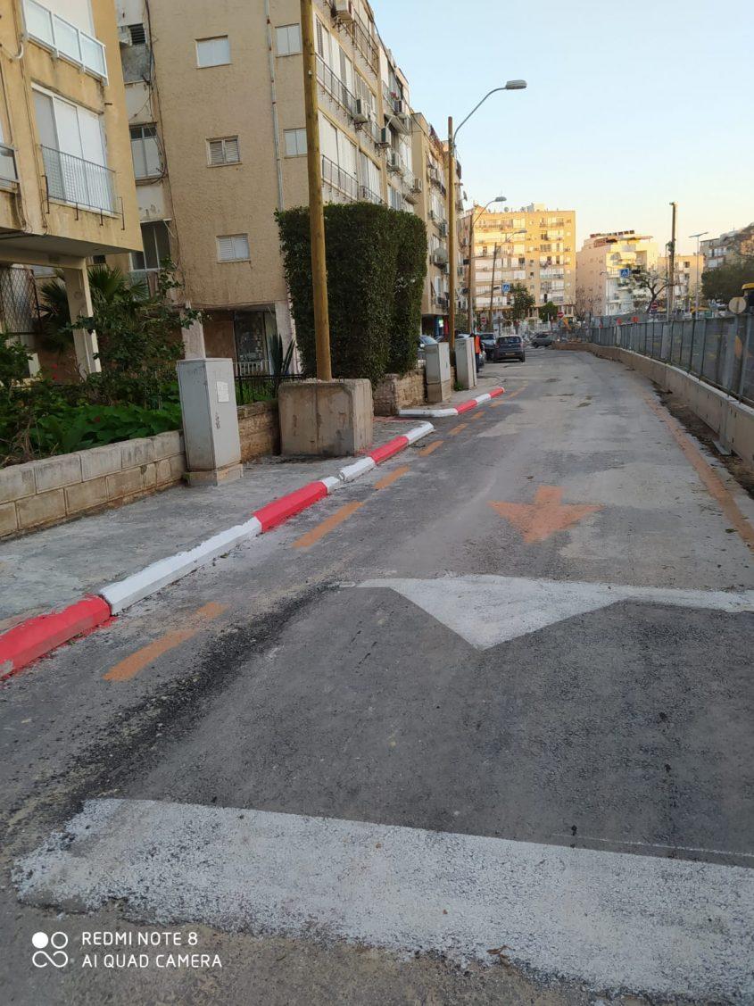שכחו לבנות מדרכה ברחוב הרצל בבת ים לאחר עבודות הרכבת הקלה