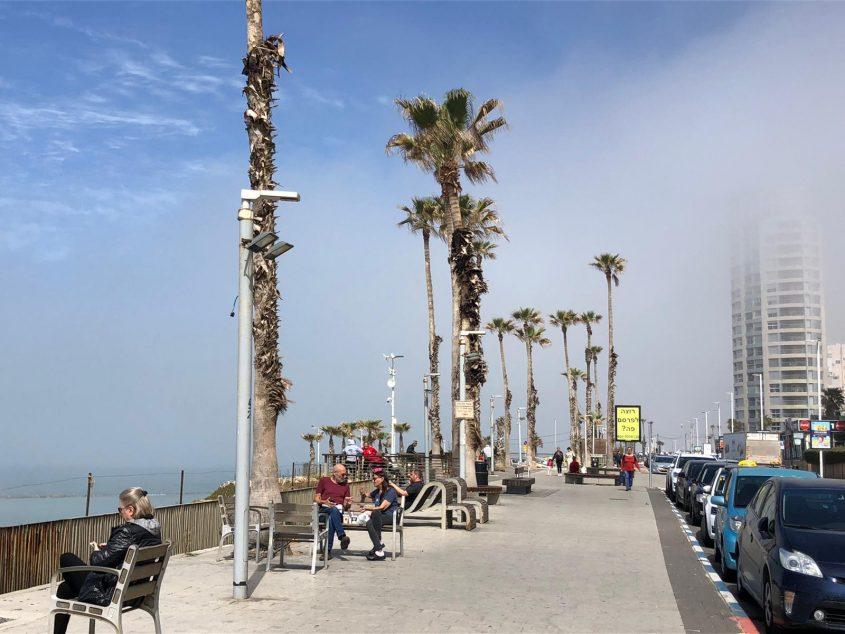 ערפל מכסה את המגדלים בבת ים