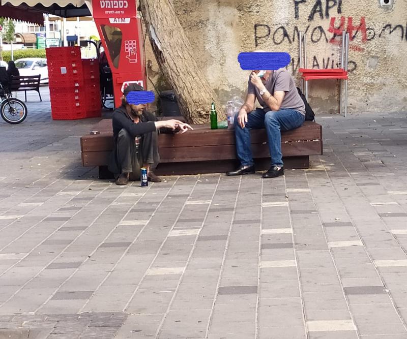 שני אנשים יושבים על ספסל